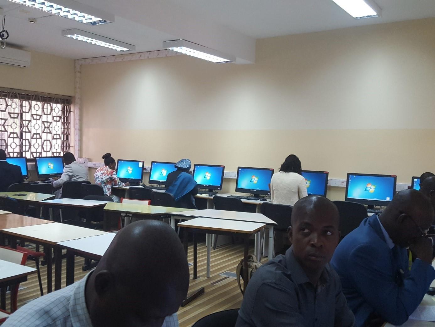 Candidats dans la salle des examens pour les épreuves écrites